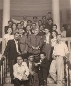1949-50. Մարտիրոս Սարյանը և Էդուարդ Իսաբեկյանը ինստիտուտի ավարտական կուրսի հետ
