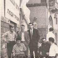 1961. Перед Домом художника. Генрих Ахвердян, Рафаэль Екмалян, —, Саргис Арутчян, Эдуард Исабекян, Рудольф Гаргалоян